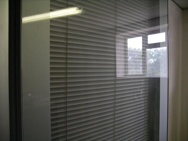 Glazed movable wall GS100 with integral venetian blind
