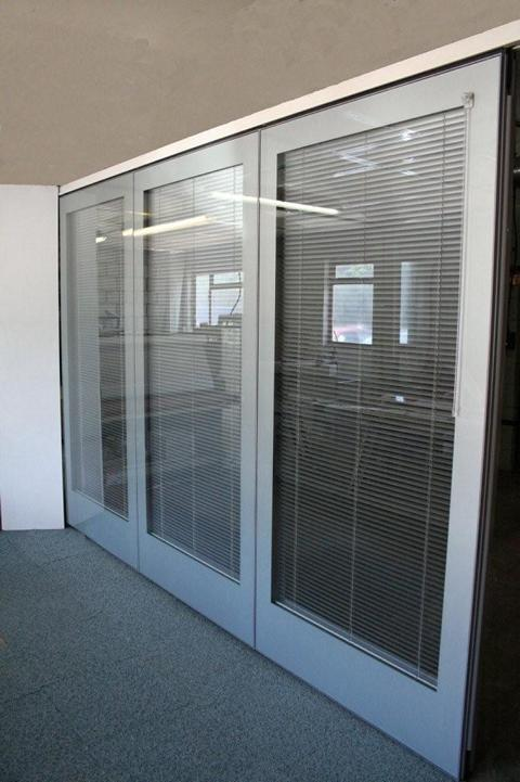 Glazed movable wall GS100 with integral venetian blinds