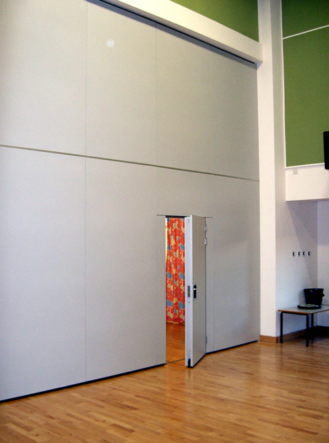 Acoustic movable wall Type 110 with inset pass door