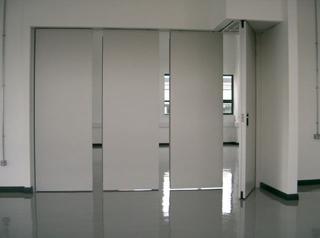 Acoustic movable wall Type 110C with full height pass door