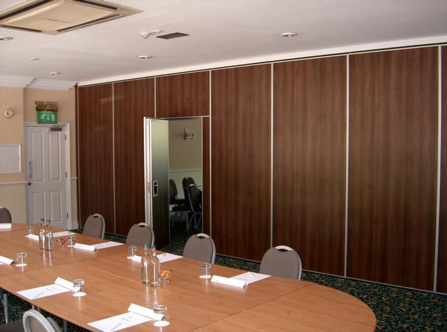 Acoustic Movable Wall Type 100 with inset pass door